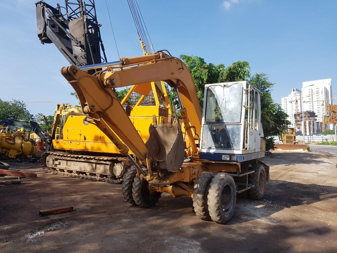 Máy đào bánh lốp Komatsu PW60-3